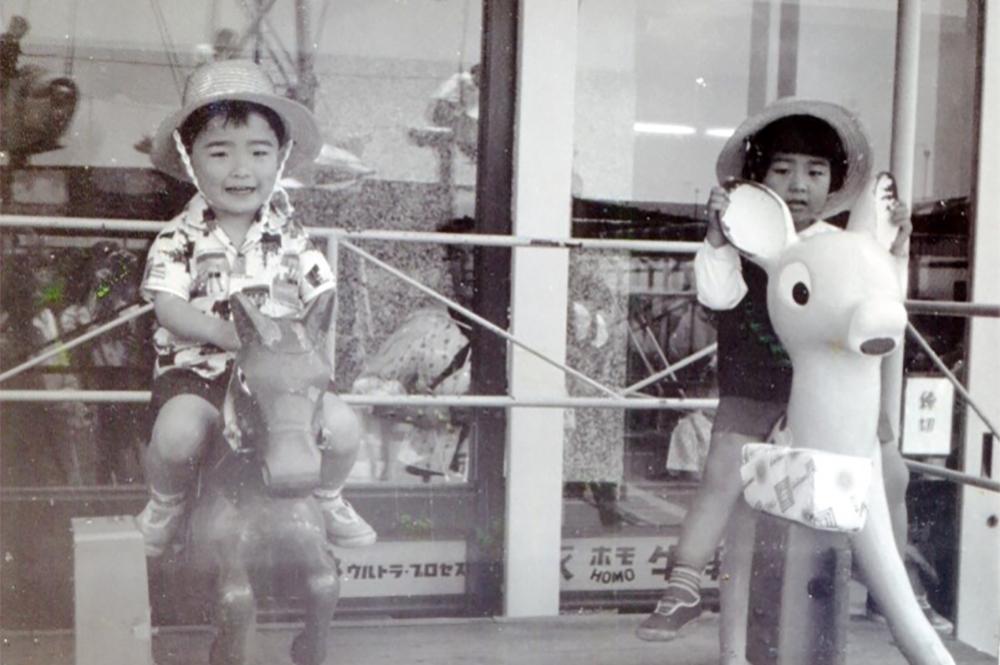 昭和40年頃 津松菱の屋上遊園地での一枚。左が前葉市長。まさかのアロハスタイル。これだけアロハを着こなせる子供は今も少ない...