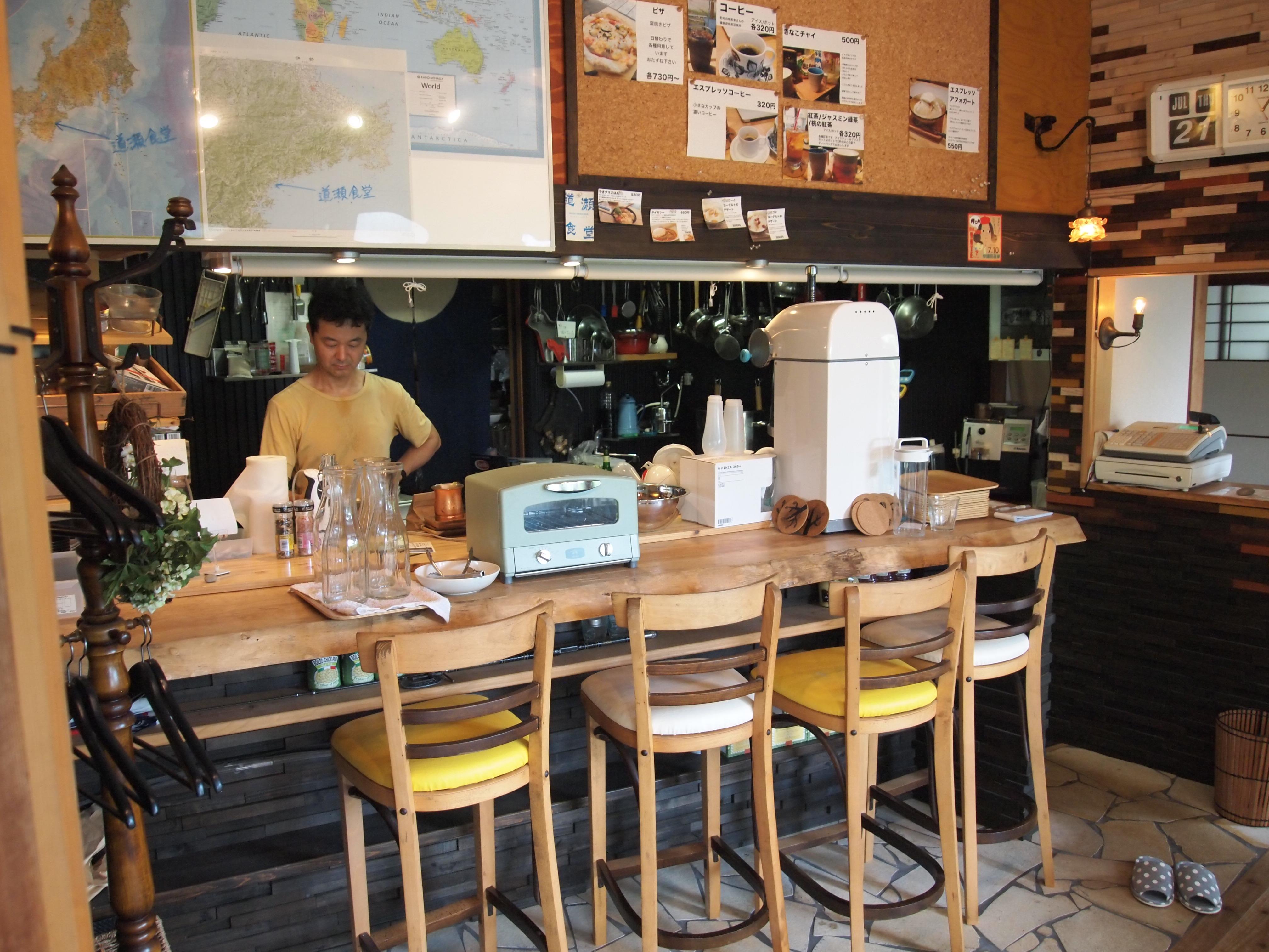 『道瀬食堂』の店内。写っているのが一色登希彦氏。