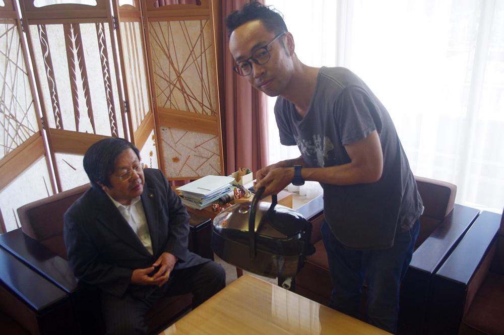 なんの躊躇いもなくジャーを差し出す村さん。リアクションに困る岩田市長。