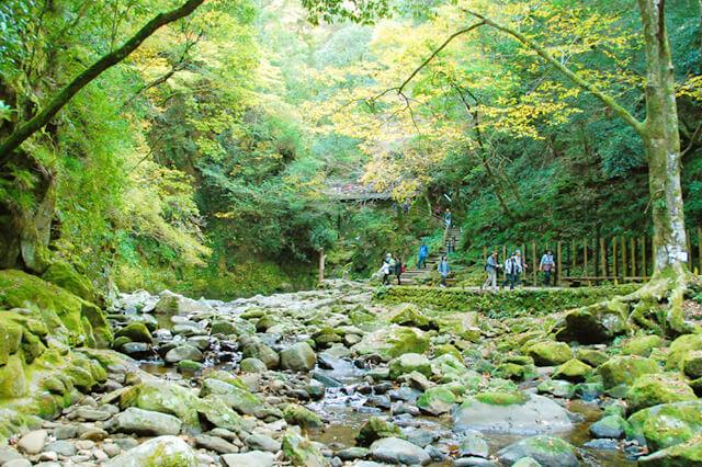 視界が開けた先にあった岩と川