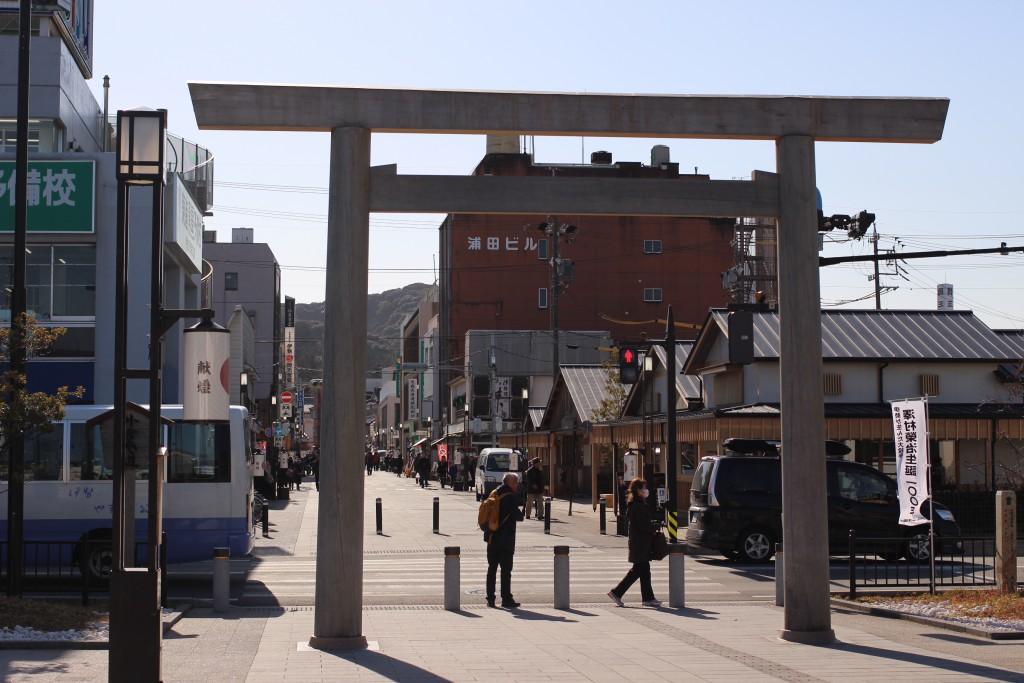 前回の遷宮に合わせてJR伊勢市駅前広場に建てられた鳥居がお出迎え。