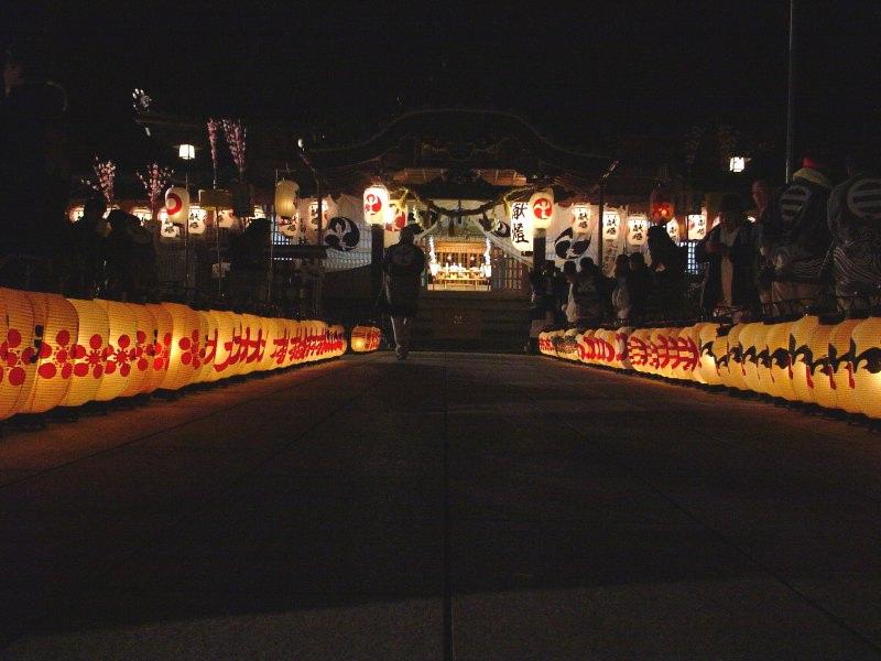朝の尾鷲神社の顔とは違う、幽玄な世界への入口のような雰囲気です。