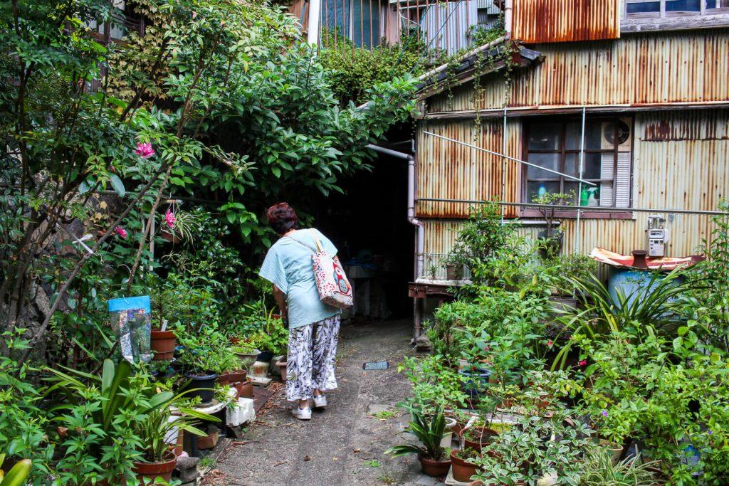 鳥羽中之郷まち歩き 4連屋根の建物裏 秘密の抜け道1