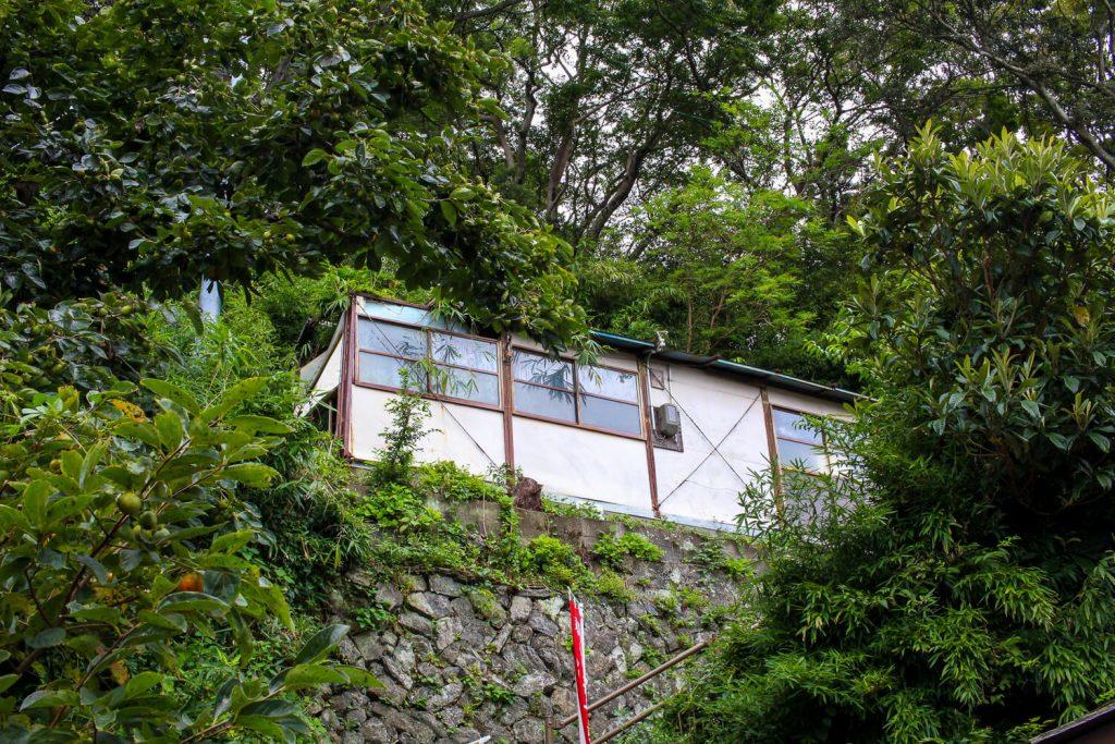 鳥羽中之郷まち歩き 山中の謎の小屋