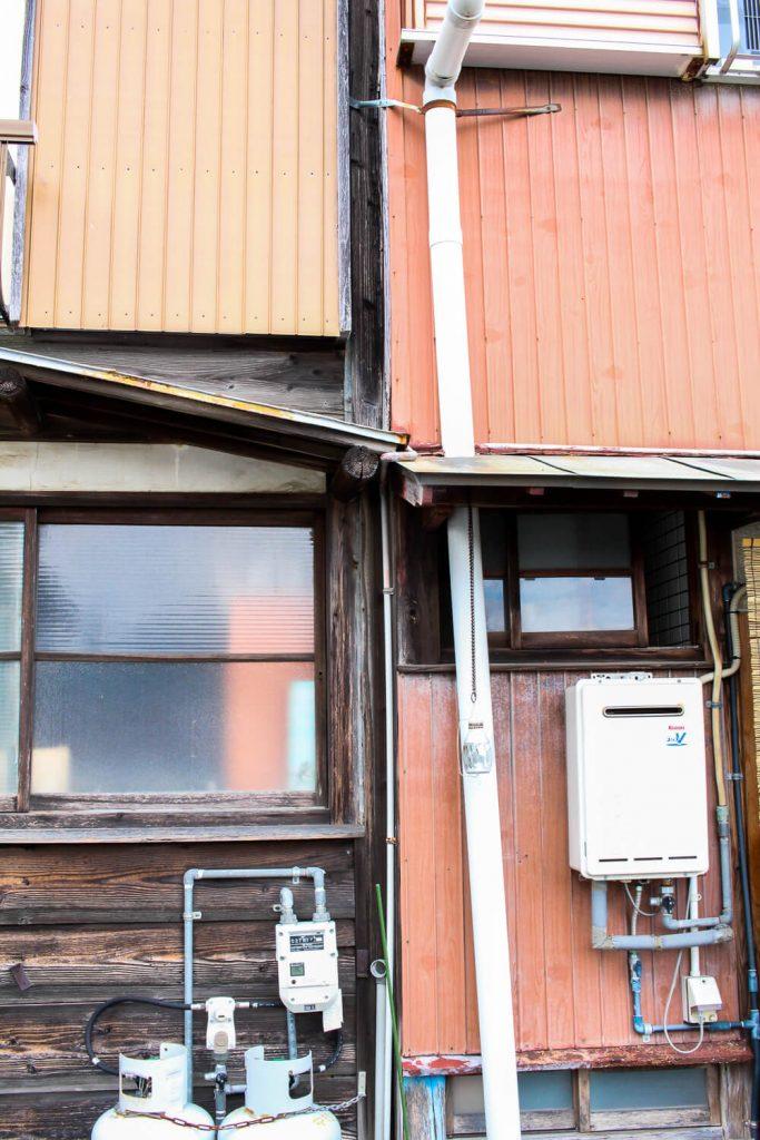 鳥羽中之郷まち歩き 建物の壁がくっついている様子1
