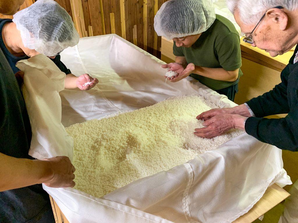 麹室 麹米 夜の仲仕事の様子2
