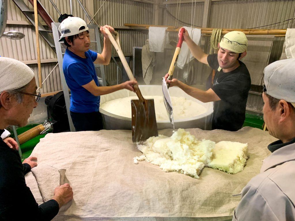 釜場 蒸し米 計量と運び