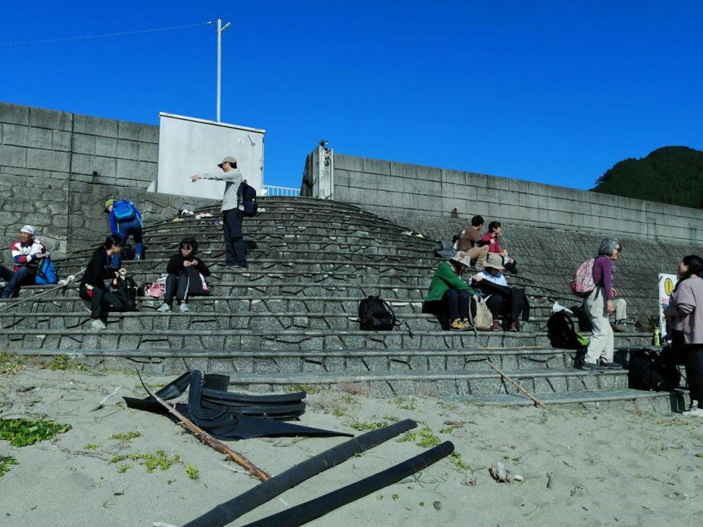 実は木本高校ラグビー部もこのビーチで練習していたため、海とラグビーを見ながらの昼食。