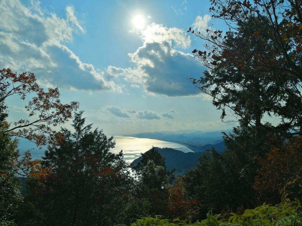 原生林だったころはもっとはっきりと熊野が一望できたのかもしれない。