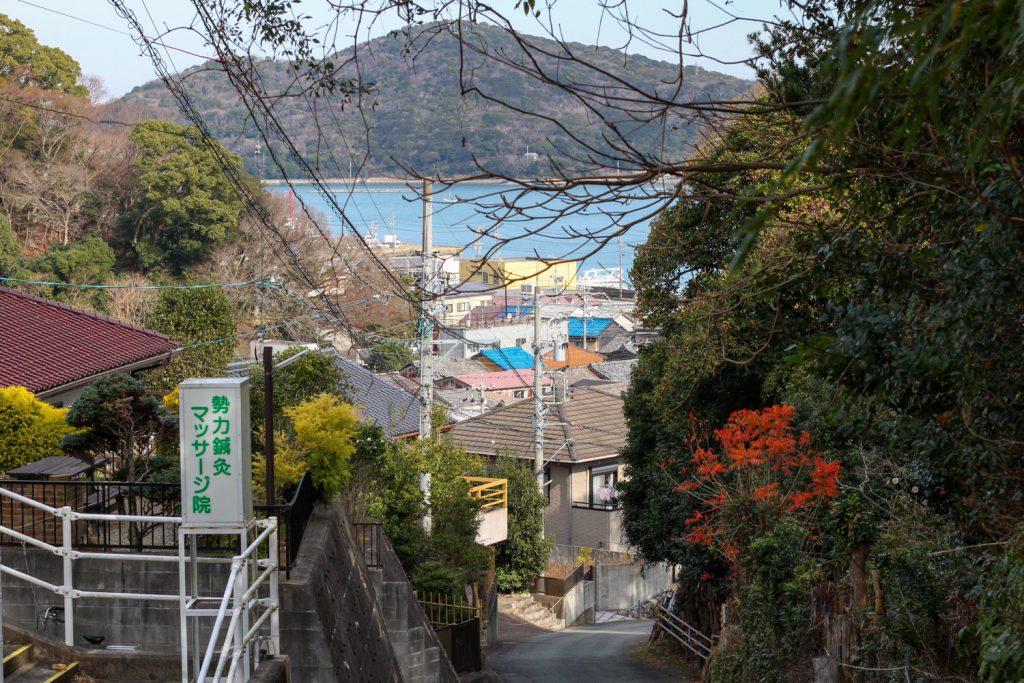 鳥羽市藤野郷で暮らす杉田さんとまち歩き 赤土山へ向かう未知からの海