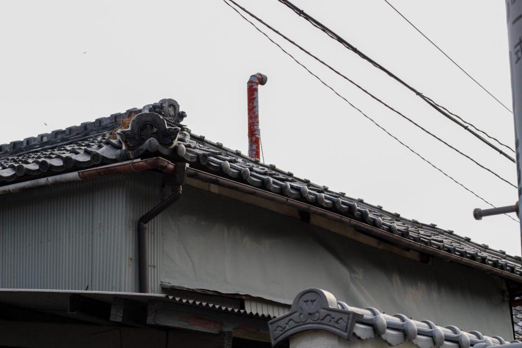 鳥羽市藤野郷で暮らす杉田さんとまち歩き マルサ商店屋根