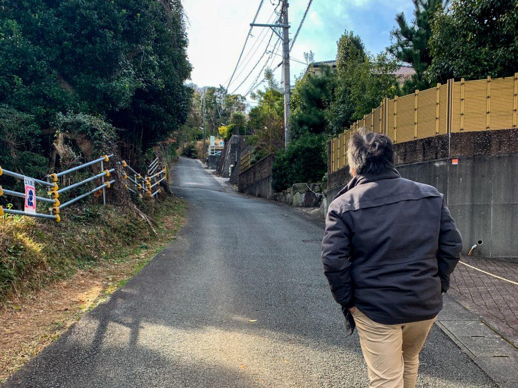 鳥羽市藤野郷で暮らす杉田さんとまち歩き 赤土山へ向かう道2