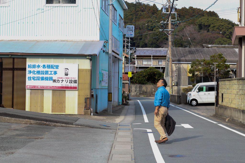 鳥羽市藤野郷で暮らす杉田さんとまち歩き 赤土山竹やぶが見える2