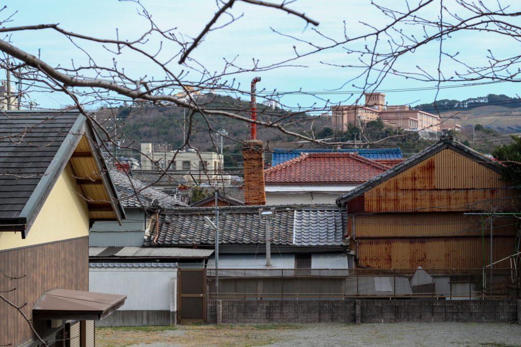鳥羽市藤野郷で暮らす杉田さんとまち歩き マルサ商店 屋根と広場